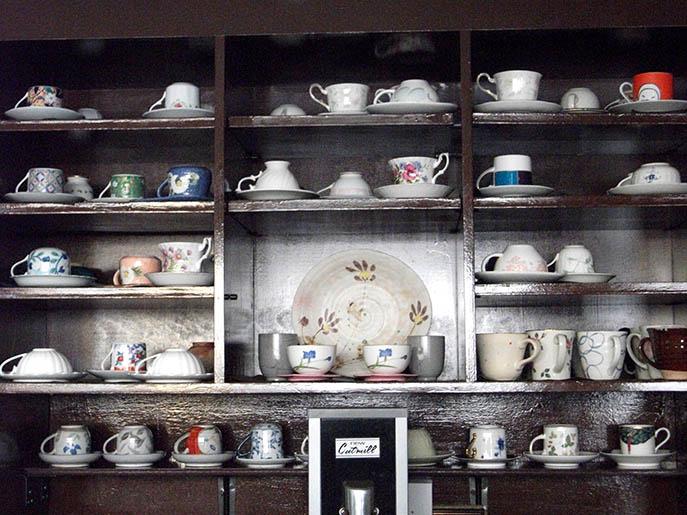 棚にきれいに飾られたコーヒーカップ